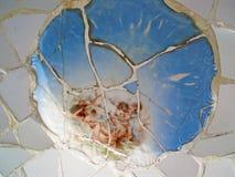 Foto eingelassenes Barcelona Ein Mosaik von defekten Tonwaren im Park stockfotografie