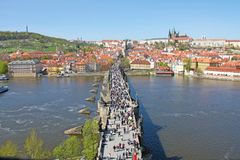 Foto eingelassenes Prag Prag Charles Bridge über dem die Moldau-Fluss und viele Leute, Panoramablick von oben lizenzfreie stockfotos