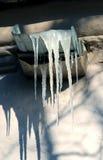 Foto-Eiszapfen auf Dach Stockbild
