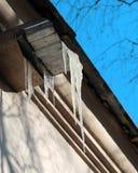 Foto-Eiszapfen auf Dach Stockfotografie