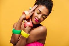 Foto elegante de la mujer afroamericana hermosa con el mA brillante Fotografía de archivo libre de regalías