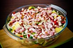 A foto elegante do alimento da batata, da carne de porco e do bacon cozeu o prato fotos de stock royalty free