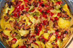 A foto elegante do alimento da batata, da carne de porco e do bacon cozeu o prato imagem de stock royalty free