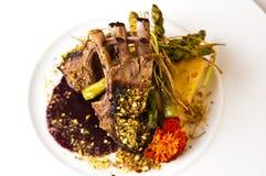 A foto elegante do alimento dos reforços serviu na placa branca Foto de Stock