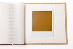 Foto em branco localizada do Polaroid na galeria Fotografia de Stock Royalty Free