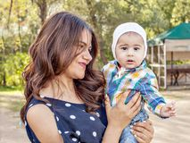 Foto emocional de un muchacho de cinco meses Madre joven hermosa con un bebé en naturaleza fotos de archivo libres de regalías