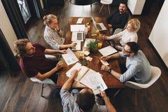 Foto encima del grupo de equipo joven del negocio que trabaja junto encendido imagen de archivo