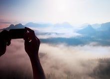 Foto engraçada A fotografia móvel do telefone esperto de montanhas rochosas ensolaradas ajardina Imagens de Stock Royalty Free
