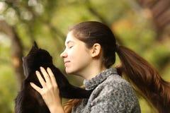 Foto ensolarada do verão do fim do gato do afago do abraço da menina do adolescente acima do outd imagens de stock royalty free