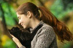 Foto ensolarada do verão do fim do gato do afago do abraço da menina do adolescente acima do outd imagem de stock