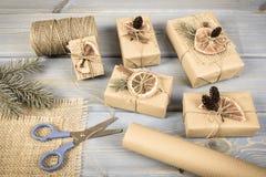 Foto envejecida, accesorios, decoración y regalos envueltos para la Navidad o la otra celebración Foto de archivo libre de regalías