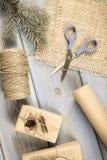 Foto envejecida, accesorios, decoración y regalos envueltos para la Navidad o la otra celebración Fotografía de archivo libre de regalías