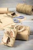 Foto envejecida, accesorios, decoración y regalos envueltos para la Navidad o la otra celebración en tableros Fotografía de archivo