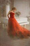 Foto estilizada como a imagem velha Mulher e piano Fotografia de Stock