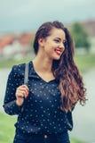 Foto exterior da menina de sorriso com cabelo castanho escuro que anda pelo rio foto de stock royalty free