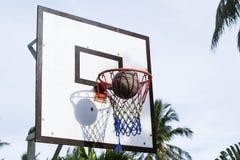 Foto exterior do contraste do equipamento do jogo de basquetebol Lance exato da bola na cesta Fotos de Stock