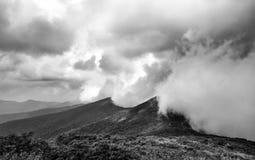 Foto extrema del tiempo de las nubes de tormenta de una tempestad de truenos masiva que golpea a Ridge Mountains azul en Carolina imágenes de archivo libres de regalías