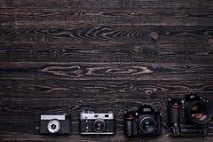 Foto för bästa sikt av kameror på mörk träbakgrund Royaltyfria Bilder