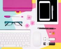 Foto för bästa sikt av workspace med mellanrumsåtlöje upp minnestavlan och smartphone, kaffekopp, tangentbord och notepad på past royaltyfria bilder
