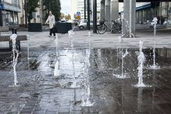 Foto för kort exponering av några små springbrunnar i Kouvola, Finland på en sommardag royaltyfria foton