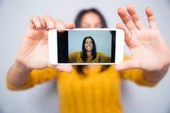Foto för kvinnadanandeselfie på smartphonen Royaltyfri Bild
