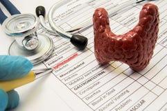 Foto för sköldkörtelproblembegrepp Doktorspunkter i diagnosprocess till inskriftsköldkörtelproblem på arket av medicinsk historia royaltyfri bild