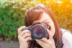 Foto för skytte för hår för gullig asiatisk kvinnasvart långt med den digitala kameran royaltyfri fotografi