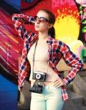 Foto för sommargatamode, stilfull nätt kvinnamodell royaltyfria bilder