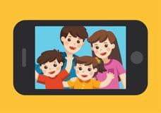Foto felice del selfie della famiglia sull'esposizione dello smartphone immagine stock