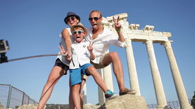 Foto feliz del selfie de la familia el vacaciones de verano almacen de video