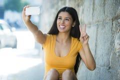 Foto feliz sonriente del selfie del autorretrato de la mujer que toma latina atractiva y dulce con el teléfono móvil Foto de archivo libre de regalías