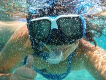 Foto femminile del selfie sotto acqua sulla bella spiaggia di Skala dell'isola di Kefalonia, mare ionico, Grecia fotografie stock libere da diritti