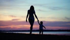 Foto fina la madre que camina con el bebé imagen de archivo libre de regalías