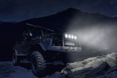 Foto fora de estrada da noite de SUV imagens de stock royalty free