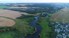 Foto från en höjd Surrflyg över floden härliga små öar Bosättningen nära floden Arkivbilder
