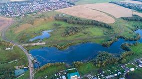 Foto från en höjd Surrflyg över floden härliga små öar Bosättningen nära floden Fotografering för Bildbyråer