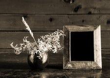 Foto-frame e ikebana do vintage na tabela velha foto de stock
