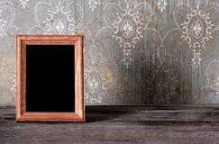 Foto-frame na tabela velha fotografia de stock royalty free