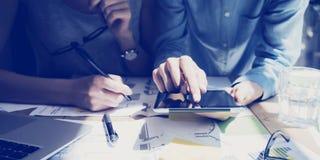 Foto-Frauen-Handrührender Digital-Tablet-Schirm Analytiker Department Researching Process Junges Geschäfts-Mannschafts-Arbeiten n Lizenzfreie Stockfotos