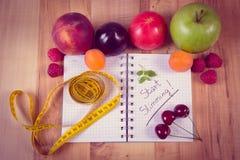 Foto, frutas, verduras y centímetro del vintage con el cuaderno, adelgazar y comida sana Fotos de archivo libres de regalías