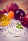 Foto, frutas, verduras y centímetro del vintage con el cuaderno, adelgazar y comida sana Fotografía de archivo libre de regalías