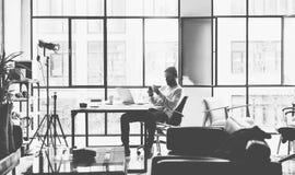 Foto gebaarde creatieve manager die met nieuwe de zolderstudio van de projectopen plek werken Kijkend moderne smartphone eigentij Royalty-vrije Stock Foto's