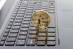 Foto goldenes Bitcoin (neues virtuelles Geld) Lizenzfreie Stockfotografie