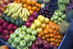 Foto grandangolare dei frutti organici dell'assortimento sul commercio al dettaglio Immagine Stock Libera da Diritti