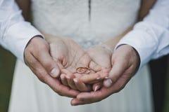 Foto grande de las manos que abrazan a los recienes casados 7061 fotografía de archivo libre de regalías