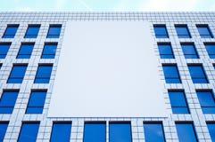 Foto groot leeg aanplakbord, vertoning op moderne wolkenkrabber in centrum grote stad voor reclame horizontaal Model 3d Stock Fotografie