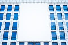 Foto groot leeg aanplakbord, vertoning op moderne wolkenkrabber in centrum grote stad voor reclame Horizontale spot omhoog 3d Royalty-vrije Stock Afbeelding