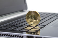 Foto guld- Bitcoin (nya faktiska pengar) royaltyfri foto