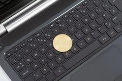 Foto guld- Bitcoin (nya faktiska pengar) Royaltyfri Bild