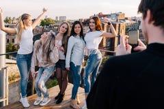 Foto am Handy Weibliche Firma, die Spaß hat lizenzfreie stockfotografie